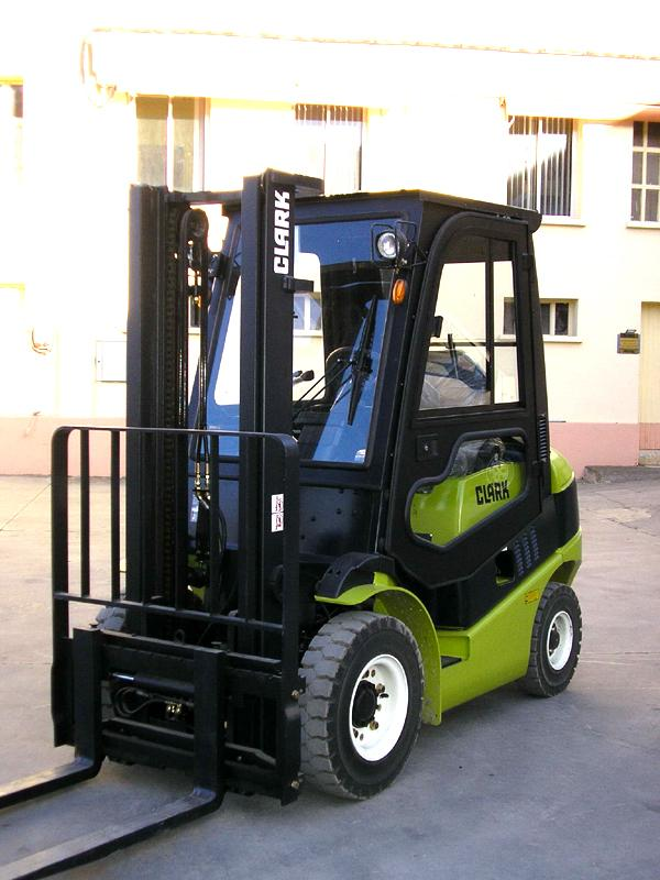 chariot l vateur neuf clark de 2 3 5 tonnes diesel et gaz manuprovence. Black Bedroom Furniture Sets. Home Design Ideas
